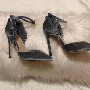 Grey velvet pumps